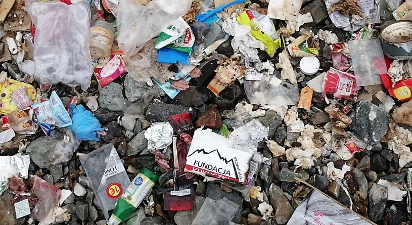 Śmieci pozostawione pod K2 / fot: Jean-Pierre Danvoye /facebook.com
