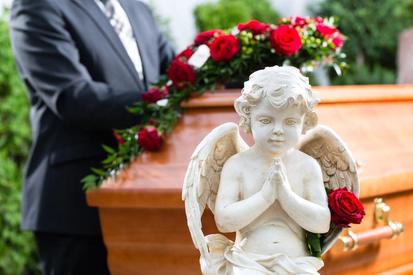 Śmierć i pochówek to w Polsce wciąż tematy tabu /123RF/PICSEL