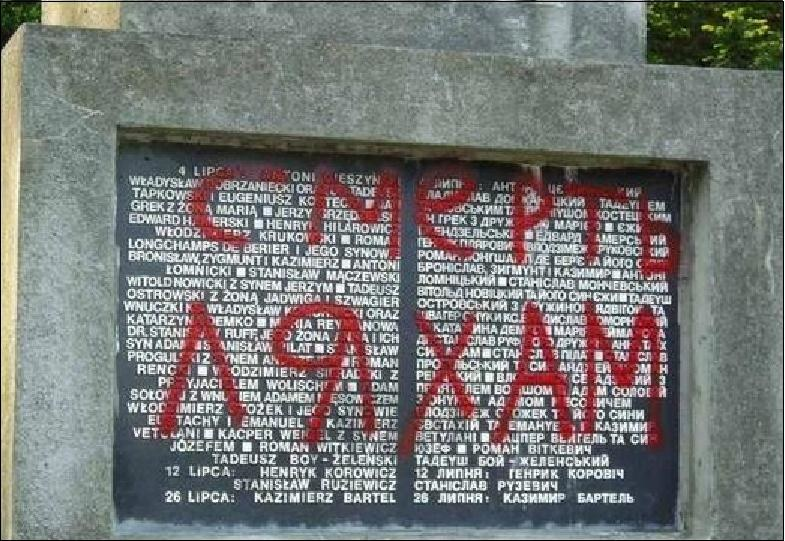 """""""Śmierć Lachom"""". Sprofanowana tablica upamiętniająca zamordowanie profesorów lwowskich w 1941 roku /Odkrywca"""
