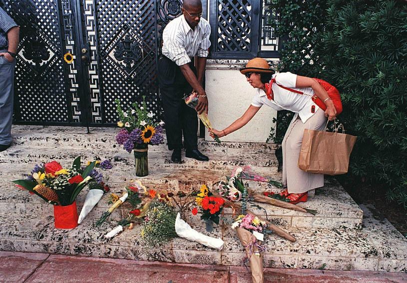 Śmierć projektanta wstrząsnęła nie tylko światem mody. Na zdjęciu uwieczniono kobietę składającą kwiaty na schodach jego posiadłości na Florydzie /East News