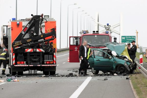 W zderzeniu dwóch samochodów osobowych dwie osoby zginęły na miejscu, a cztery są ranne.