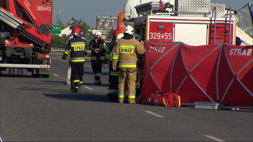 Śmiertelny wypadek na trasie S11. Bus wjechał w pracowników remontujących drogę /Polsat News