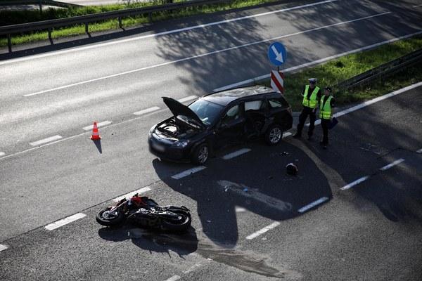 Ze wstępnych ustaleń policji wynika, że 43-letnia kobieta, w stanie trzeźwym, kierująca oplem astrą, nie ustąpiła pierwszeństwa 22-latkowi prowadzącemu motocykl marki Aprilia i kierującemu się w stronę Krakowa.