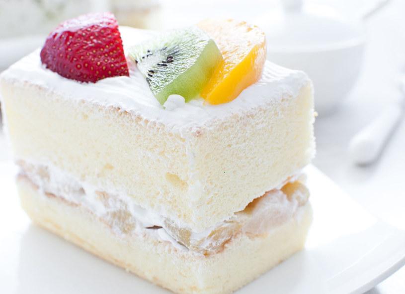Śmietanowe ciasto i owoc - duet zawsze doskonały! /123RF/PICSEL
