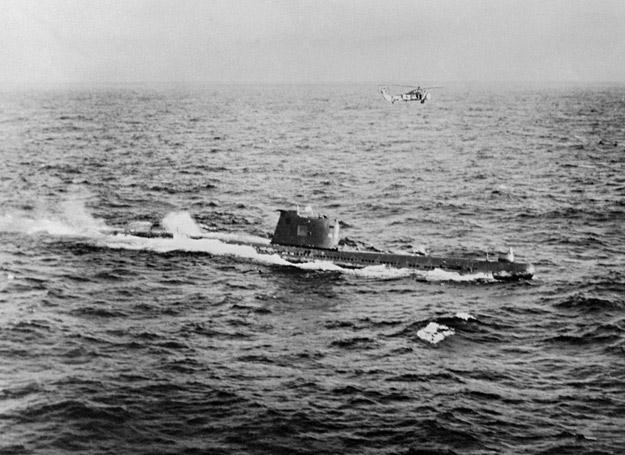 Śmigłowiec amerykańskiej marynarki wojennej HSS-1 Seabat i sowiecki okręt podwodny B-59, 1962 r. /Polska Zbrojna