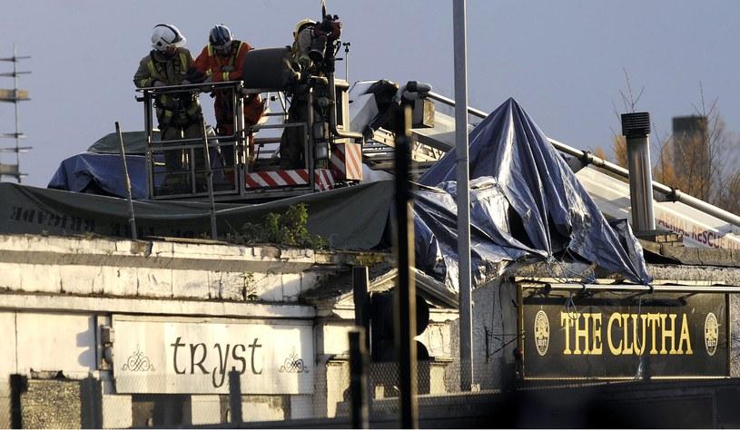 """Śmigłowiec runął na popularny wśród mieszkańców Glasgow pub """"The Clutha"""" /AFP"""