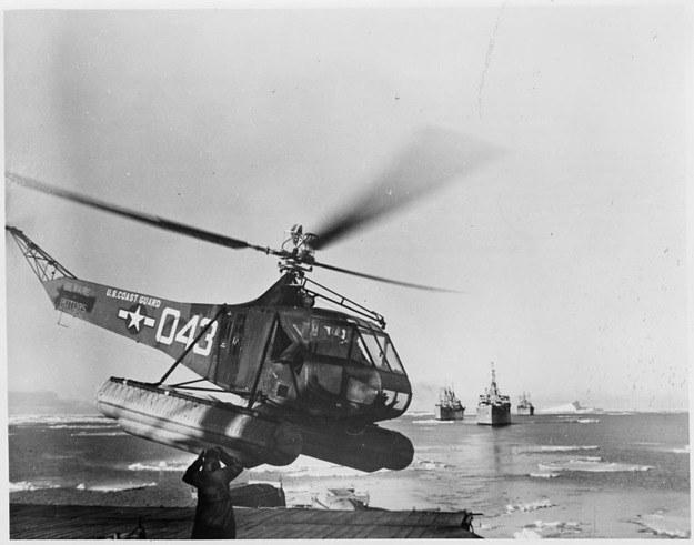 Śmigłowiec Sikorski R-4 startuje z pokładu okrętu w czasie operacji High Jump /INTERIA.PL/materiały prasowe