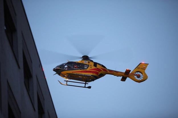 Śmigłowiec Służby Ratownictwa Medycznego LPR ląduje z pacjentem zakażonym koronawirusem na dachu szpitala MSWiA w Warszawie / Leszek Szymański    /PAP
