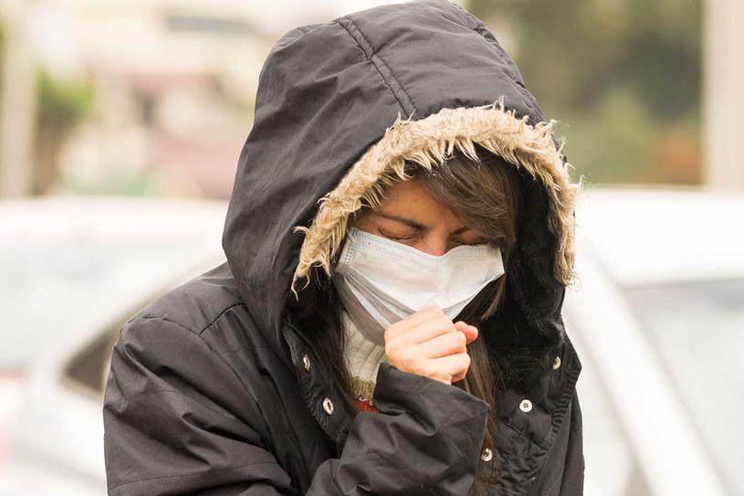 Smog wywołuje kaszel, duszności, bóle głowy i swędzenie śluzówki nosa /Picsel /123RF/PICSEL