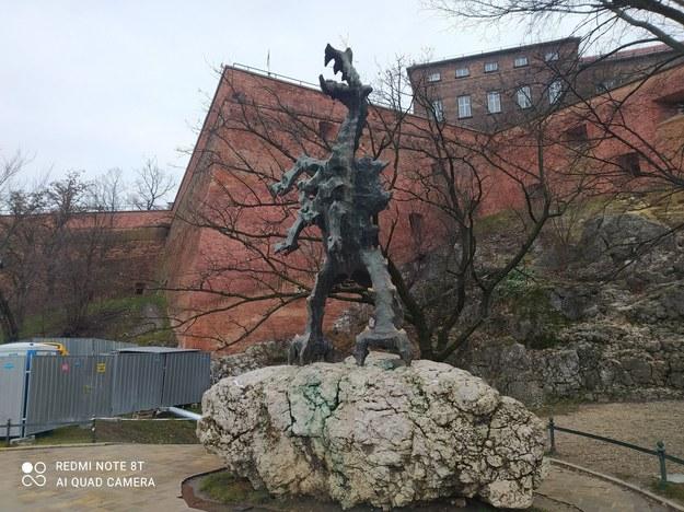 Smok Wawelski przed remontowaną Smoczą Jamą /Przemek Błaszczyk /RMF MAXXX