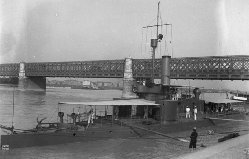 """SMS """"Bodrog"""" cumuje we Wiedniu przy Moście Księcia Rudolfa (Kronprinz-Rudolf-Brücke, obecnie Reichsbrücke), 1903 rok /Wikimedia Commons /materiały prasowe"""