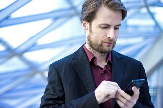 SMS-owanie podczas chodzenia może być niebezpieczne /123RF/PICSEL