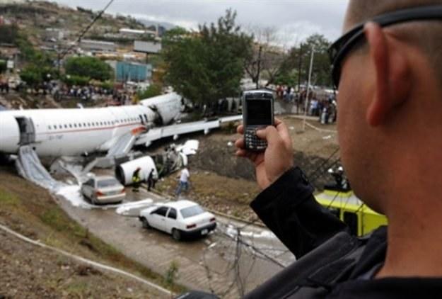 SMS-y alarmowe mogą ocalić życie i dobytek w wypadku katastrof /AFP