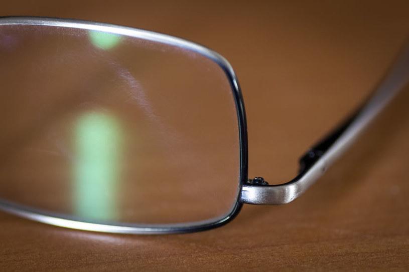 Smugi na okularach /123RF/PICSEL