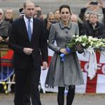 Smutna księżna Kate i przejęty książę William składają kwiaty w Leicester