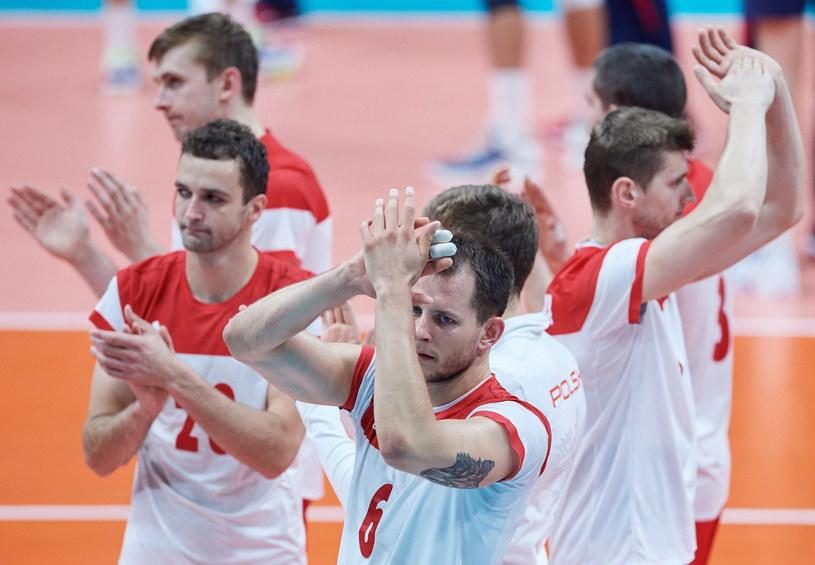 Smutni polscy siatkarze dziękują kibicom za doping /Fot. Adam Warżawa /PAP