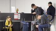 Smutny widok! Radosław Sikorski z rodziną na lotnisku. Wszyscy wpatrzeni w ekrany komórek!