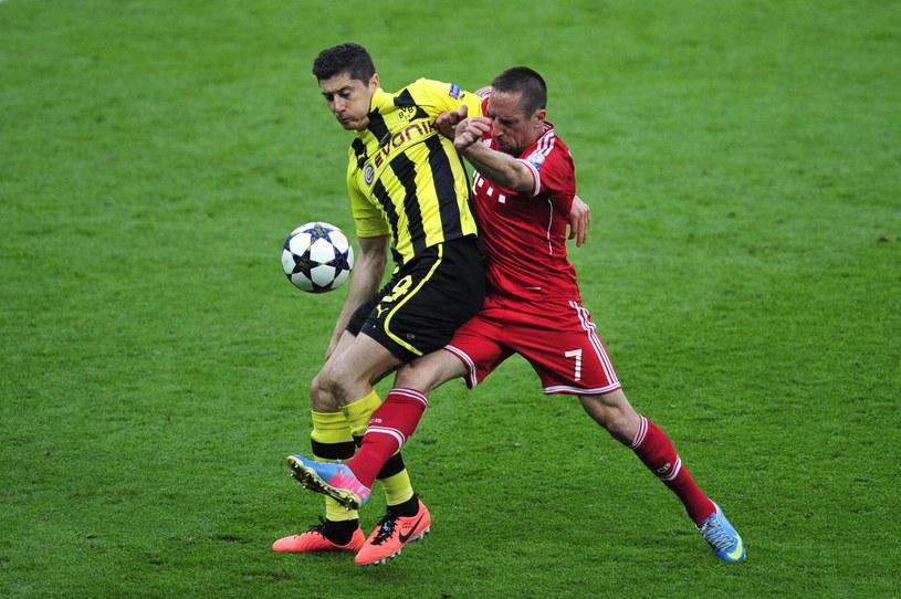 Snajper Borussii Dortmund Robert Lewandowski (z lewej) i gwiazda Bayernu Franck Ribery /AFP