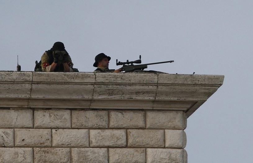 Snajperzy na dachu podczas mszy papieskiej w Tiranie /PAP/EPA