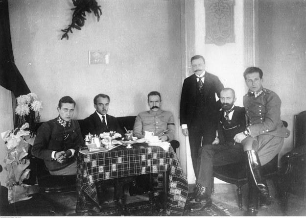 Śniadanie u Józefa Piłsudskiego w hotelu w Warszawie. Michał Sokolnicki stoi. Zdjęcie z 1916 roku /Z archiwum Narodowego Archiwum Cyfrowego