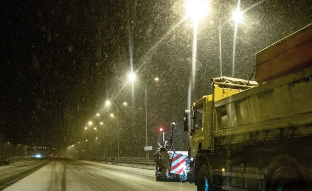 Śnieg i oblodzenie. Trudne warunki na drogach wielu regionach