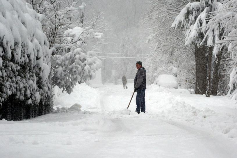 Śnieg w miejscowości Rymanów-Zdrój /Wojciech Zatwarnicki /Reporter
