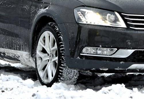 Śnieg zalepiający bieżnik, wbrew pozorom, sprzyja przyczepności /Motor