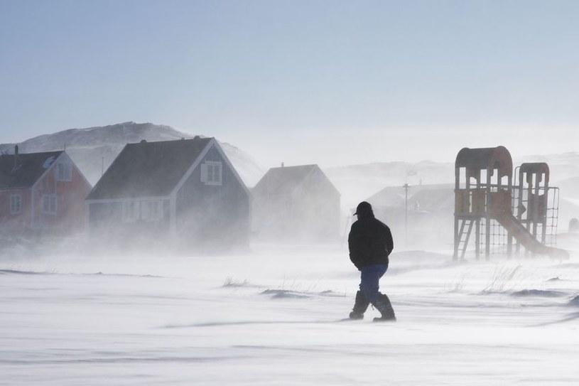 Śniegu i lodu na Grenlandii nie ubywa, ale jest on coraz ciemniejszy /123RF/PICSEL