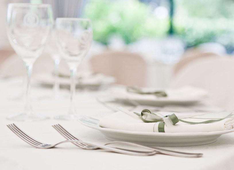 Śnieżnobiały obrus to podstawa eleganckiego stołu /123RF/PICSEL