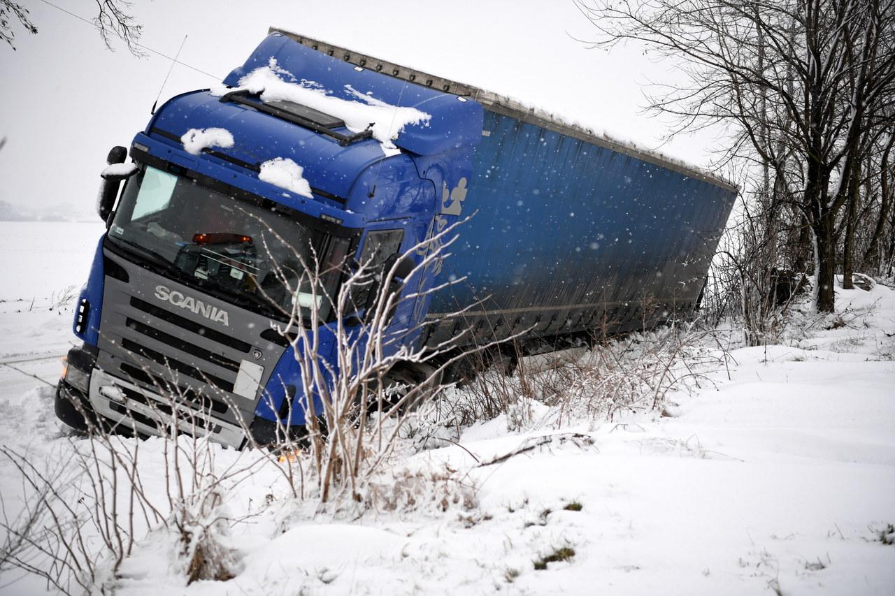 Śnieżyce na wschodzie Polski. Drogowy paraliż i odbiorcy bez prądu