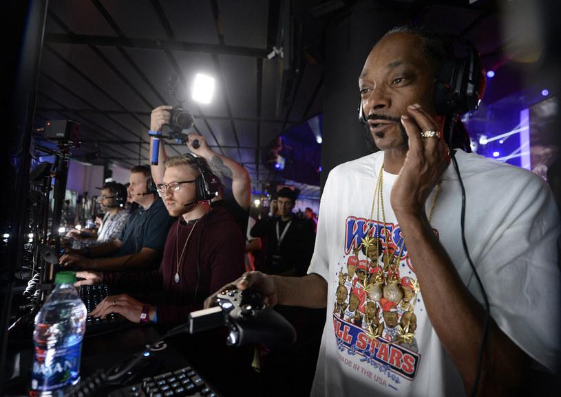 """Snoop Dogg """"dopingując się"""" marihuanną, testował nowa odsłone strzelanki Battlefield /AFP"""
