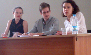 Snowden prosi nie tylko o azyl. Rozważa pójście krok dalej
