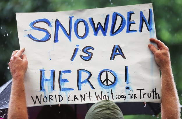 Snowden szybko stał się bohaterem i wrogiem numer 1 dla amerykańskiego rządu /AFP