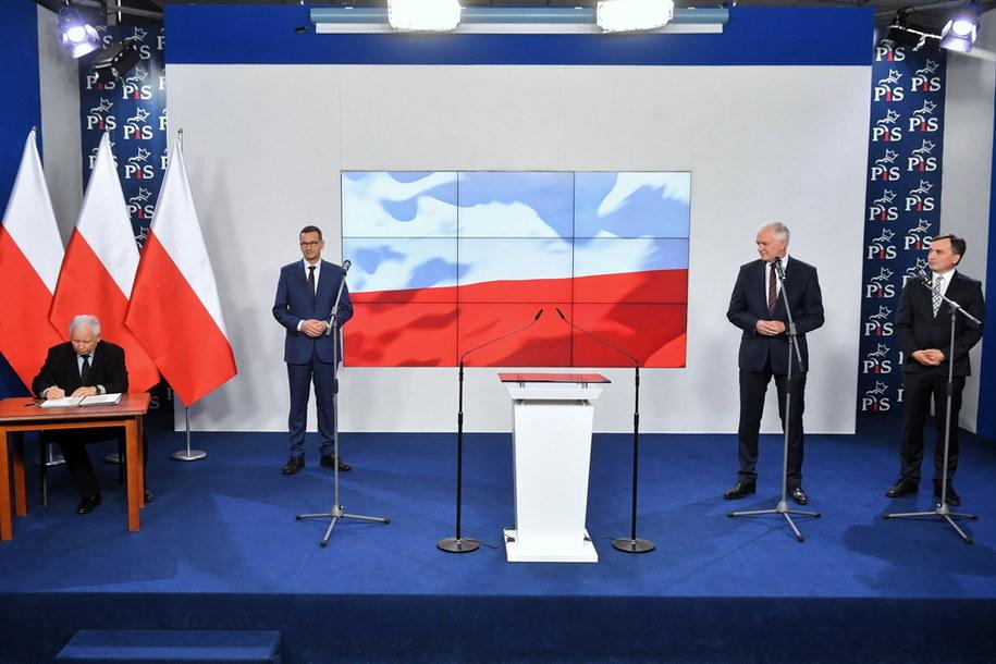 Sobotnie podpisanie umowy koalicyjnej / Radek Pietruszka   /PAP