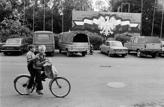 Socjalistyczny tabor, w tym samochody żuk (drugi i trzeci od lewej) oraz tarpan (pierwszy z prawej), Biała Podlaska, rok 1984 /Krzysztof Pawela /Agencja FORUM