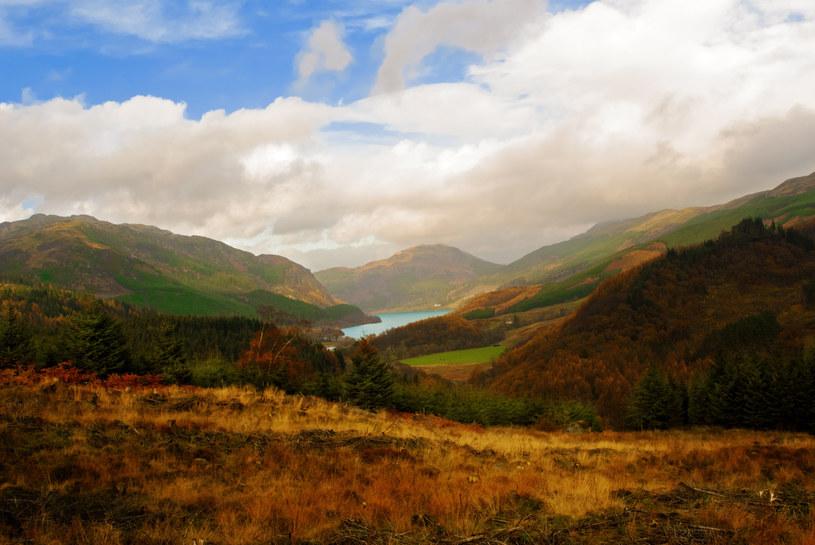 Soczyście zielone wzgórza, zamglone, skaliste góry - właśnie z tego słynie Szkocja /123RF/PICSEL