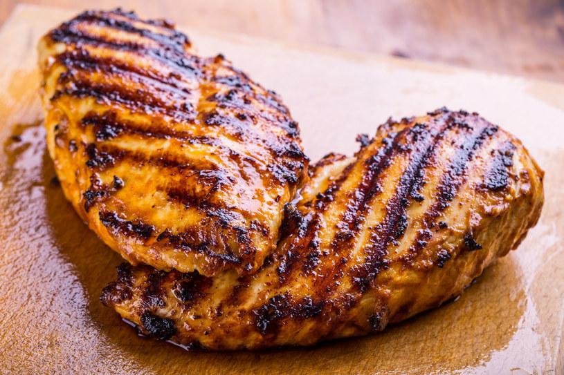 Soczystą pierś z kurczaka podawaj z sałatką i ryżem /123RF/PICSEL