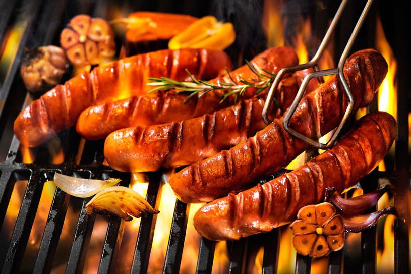 Soczysta, smakowita kiełbasa z grilla zachwyci wszystkich domowników /123RF/PICSEL