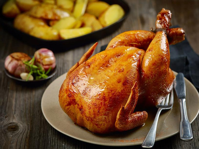 Soczysty kurczak pieczony w całości z czosnkiem /123RF/PICSEL