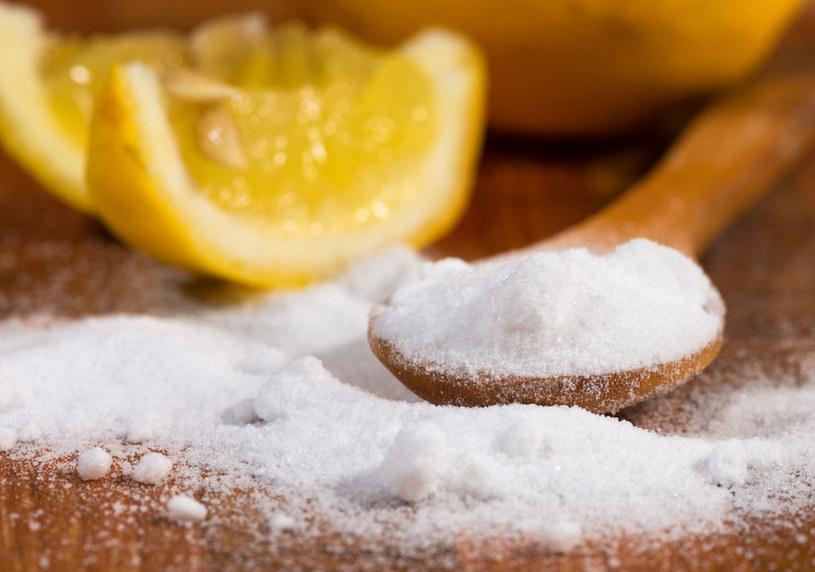 Soda oczyszczona i sok z cytryny: Obie metody są bardzo skuteczne