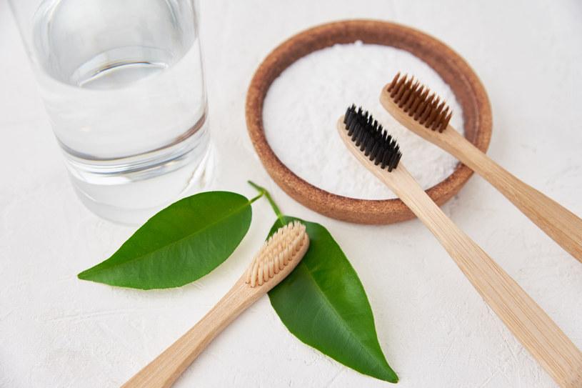 Soda oczyszczona: Neutralizuje kwaśne pH w ustach, zabija bakterie, dba o szkliwo /123RF/PICSEL