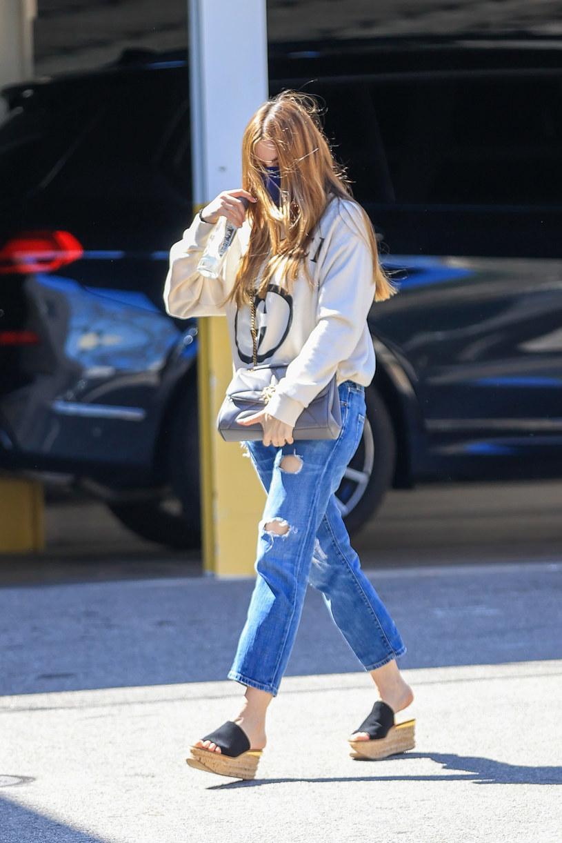 Sofia Vergara wie, że płaskie buty na platformie będą teraz hitem /Getty Images