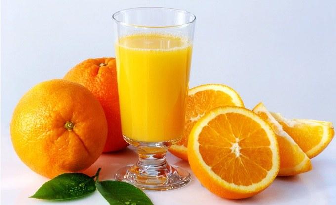 Sok pomarańczowy źródło witamin /© Photogenica
