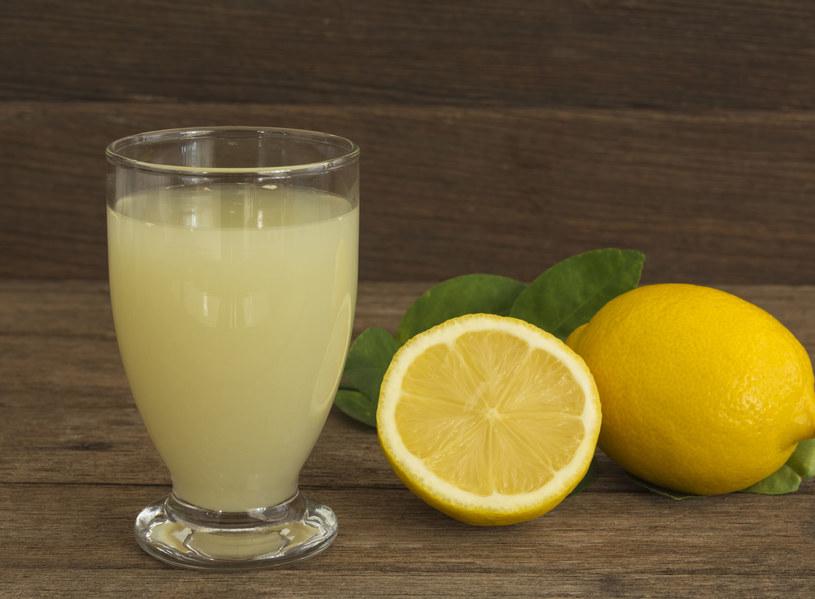 Sok z cytryny to jeden ze sprawdzonych sposobów na problemy gastryczne /123RF/PICSEL