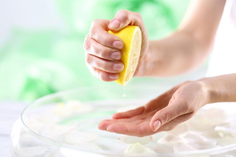 Sok z cytryny wybieli i odżywi płytkę paznokci. To źródło  witaminy C /123RF/PICSEL
