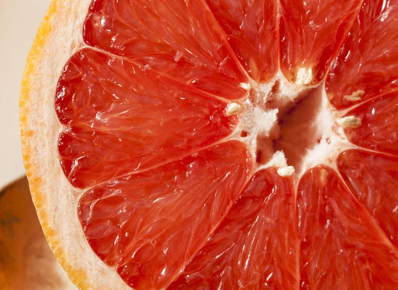 Sok z czerwonych grejpfrutów zawiera najwięcej antyutleniacza /Picsel /123RF/PICSEL