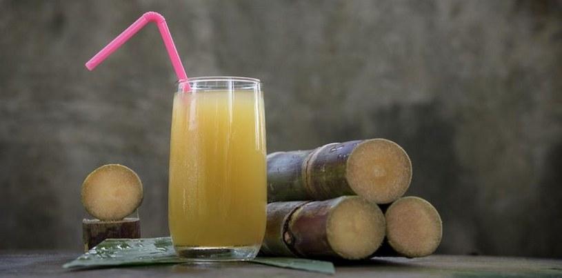 Soki warto pić przez słomkę /123RF/PICSEL