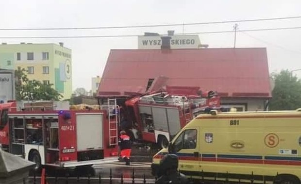 Sokółka: Wóz strażacki uderzył w dom. Cztery osoby ranne