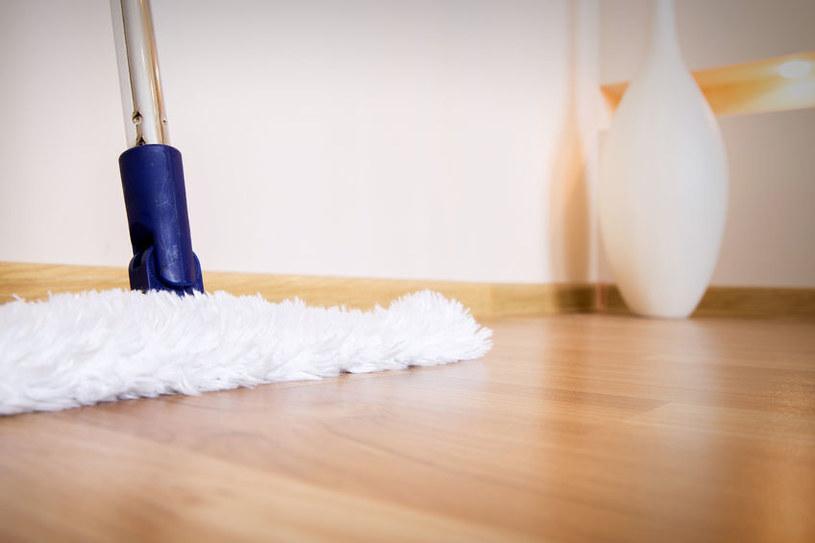 Sól na błyszczące podłogi /©123RF/PICSEL