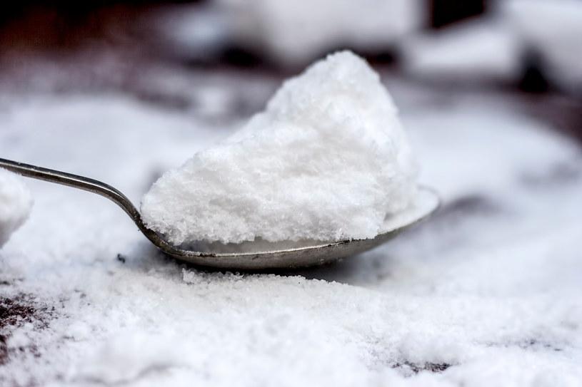 Sól podgrzana w piekarniku może posłużyć jako okład na zatkane zatoki /123RF/PICSEL